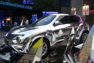 Infiniti ESQ Looks Even Worse in a Chrome Wrap