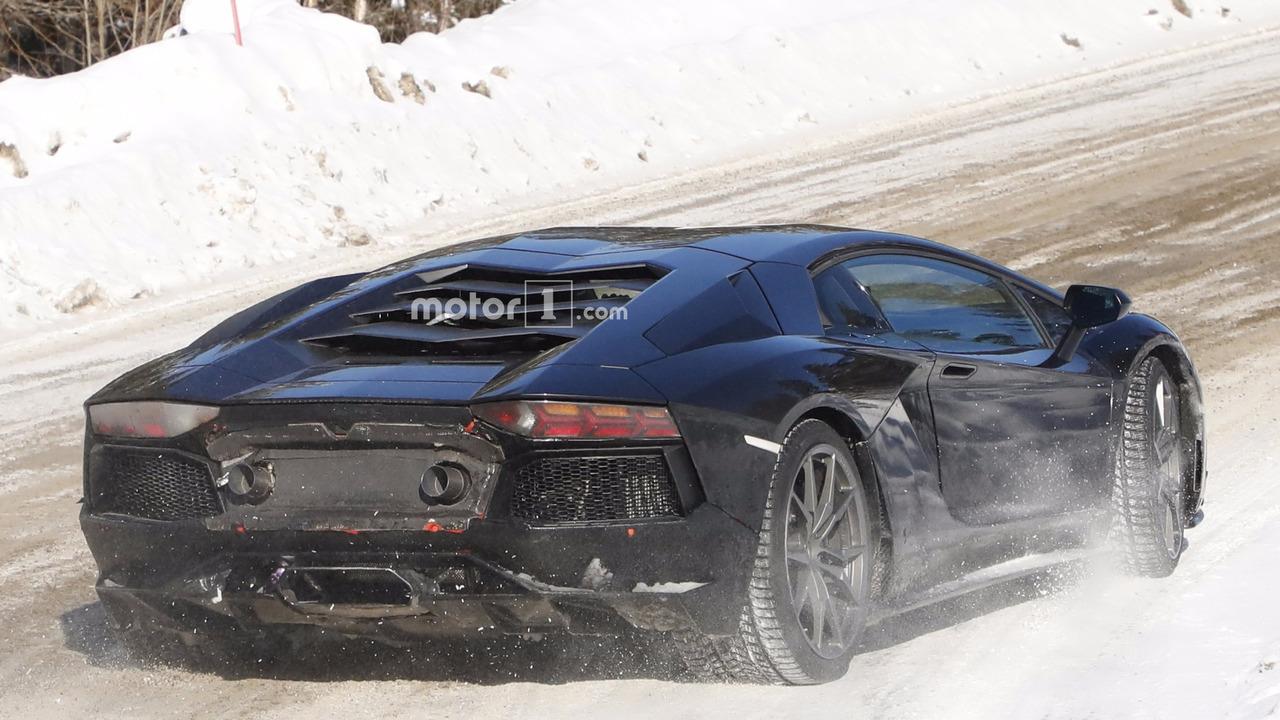 2011 - [Lamborghini] Aventador LP700-4 - Page 26 New-lamborghini-aventador-version-spy-photo