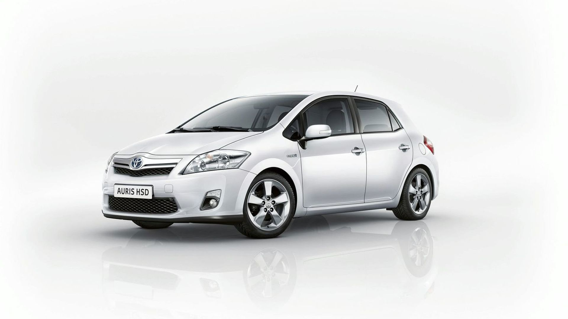 Full Production Toyota Auris HSD World Debut [Video]