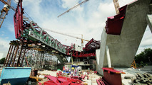 Construction of the new Porsche Museum: installing the steel lattice girders for the exhibition area (July 2007)