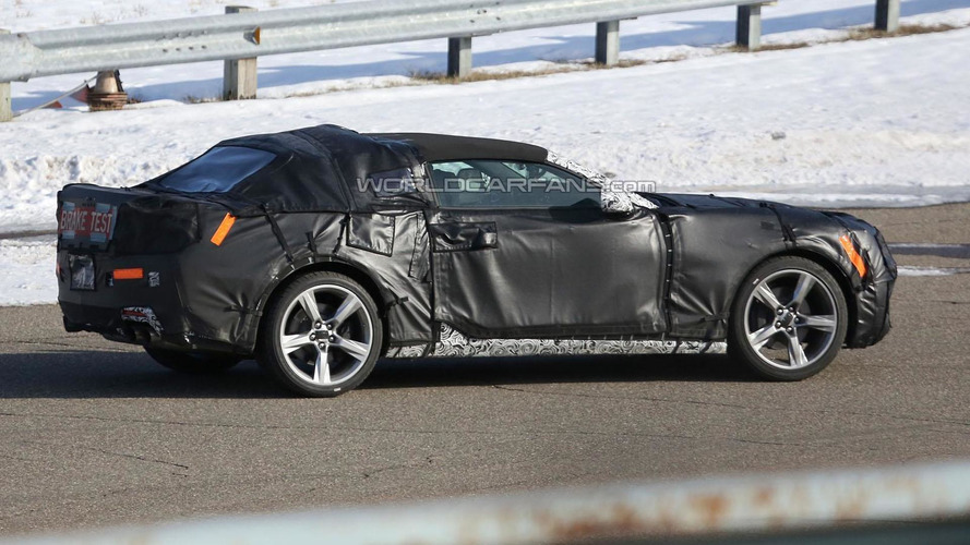2016 Chevrolet Camaro Convertible spied with a soft top