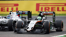 Nico Hulkenberg, Sahara Force India F1 VJM09 and Valtteri Bottas, Williams FW38 battle for position