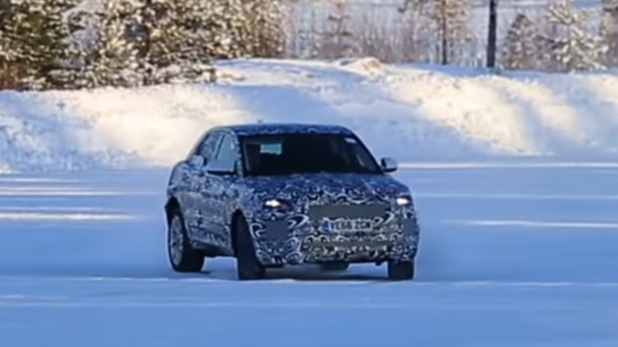 VIDÉO - Le futur Jaguar E-Pace s'en donne à cœur joie sur la neige