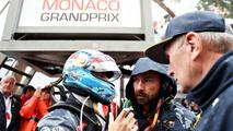 Daniel Ricciardo, Red Bull Racing talks to race engineer Simon Rennie on the grid