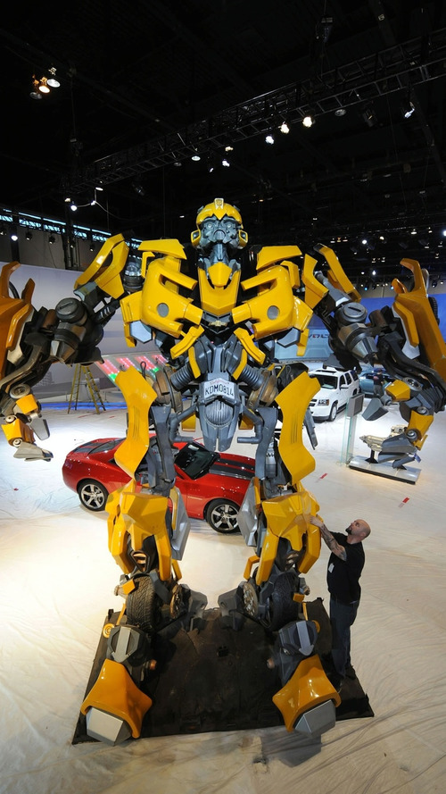 VIDEO: Lifesize Autobot Bumblebee Assembled for Chicago Auto Show