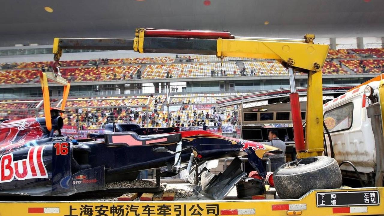 The damaged car of Sébastien Buemi (SUI), Scuderia Toro Rosso is returned to the pits
