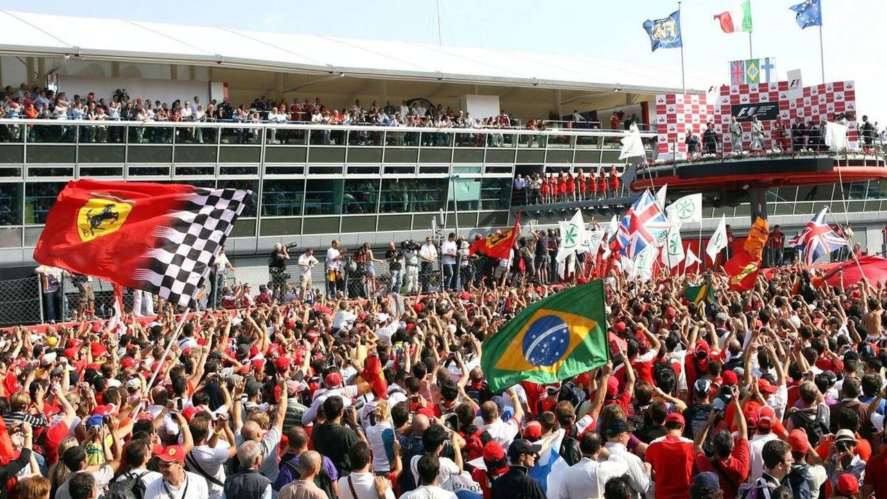 The crowd watch the podium, Italian Grand Prix, 13.09.2009, Monza, Italy