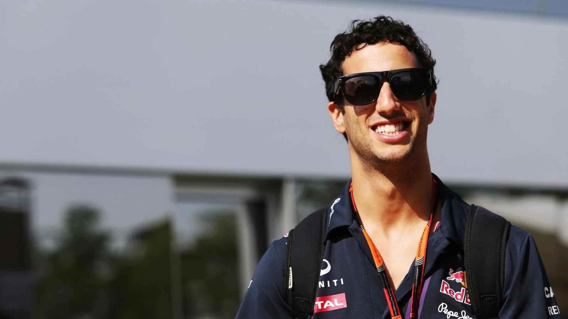 Ricciardo not committing to Red Bull yet