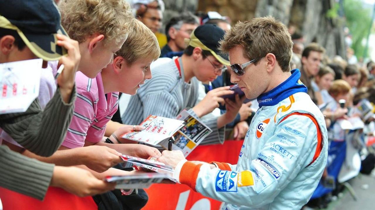 Anthony Davidson signs autographs - 24 Hour of Le Mans 2009, Driver Parade, 12.06.2009 Le Mans, France