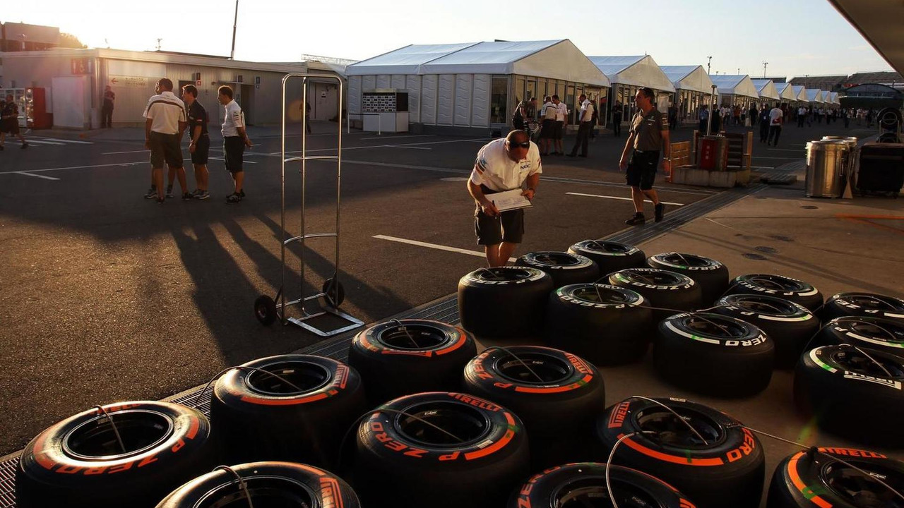 Sauber mechanic with Pirelli tyres 10.10.2013 Japanese Grand Prix