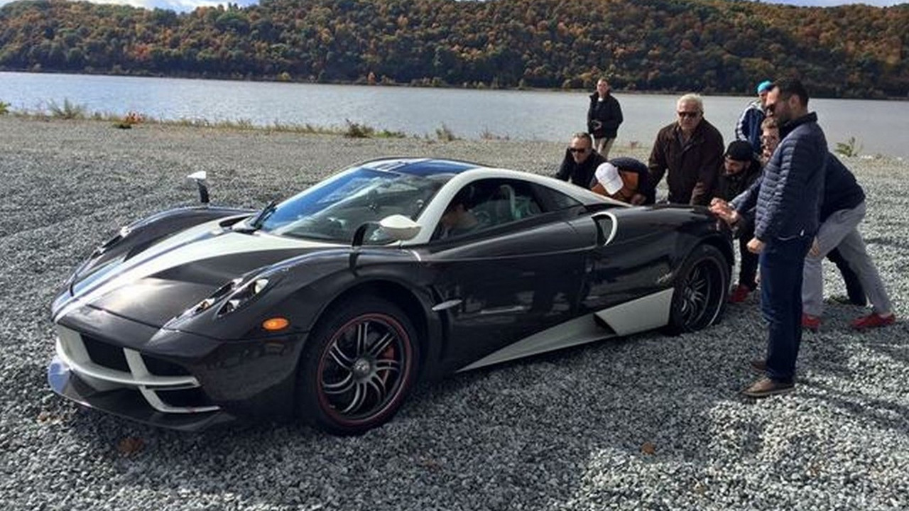 Pagani Huayra stuck in gravel