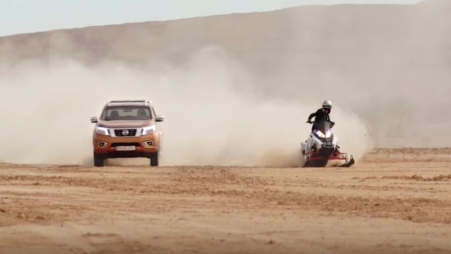 VIDÉO - Le Nissan Navara se mesure à une motoneige dans le désert