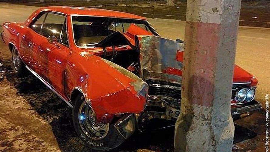 1966 Chevrolet Malibu SS hits a lamp post in Russia