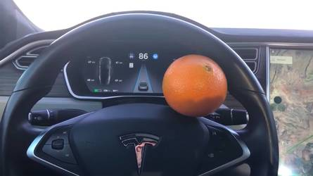 L'Autopilot de Tesla contourné par... une orange sur le volant ?