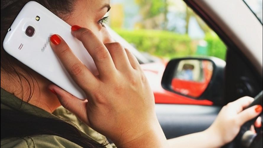 Cellulare alla guida, ritiro patente immediato se arriva il decreto