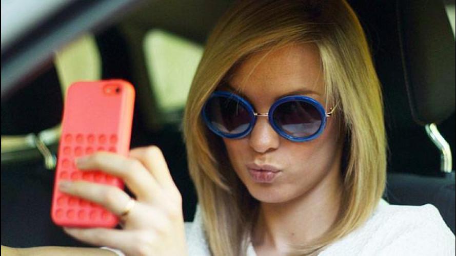 Selfie al volante: 1 italiano su 4 scatta foto in auto
