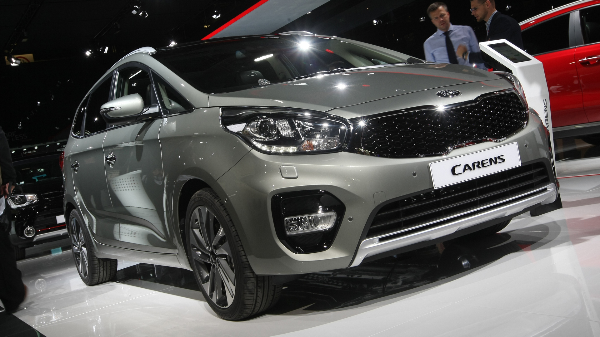 kia carens facelift arrives in paris with minor changes. Black Bedroom Furniture Sets. Home Design Ideas