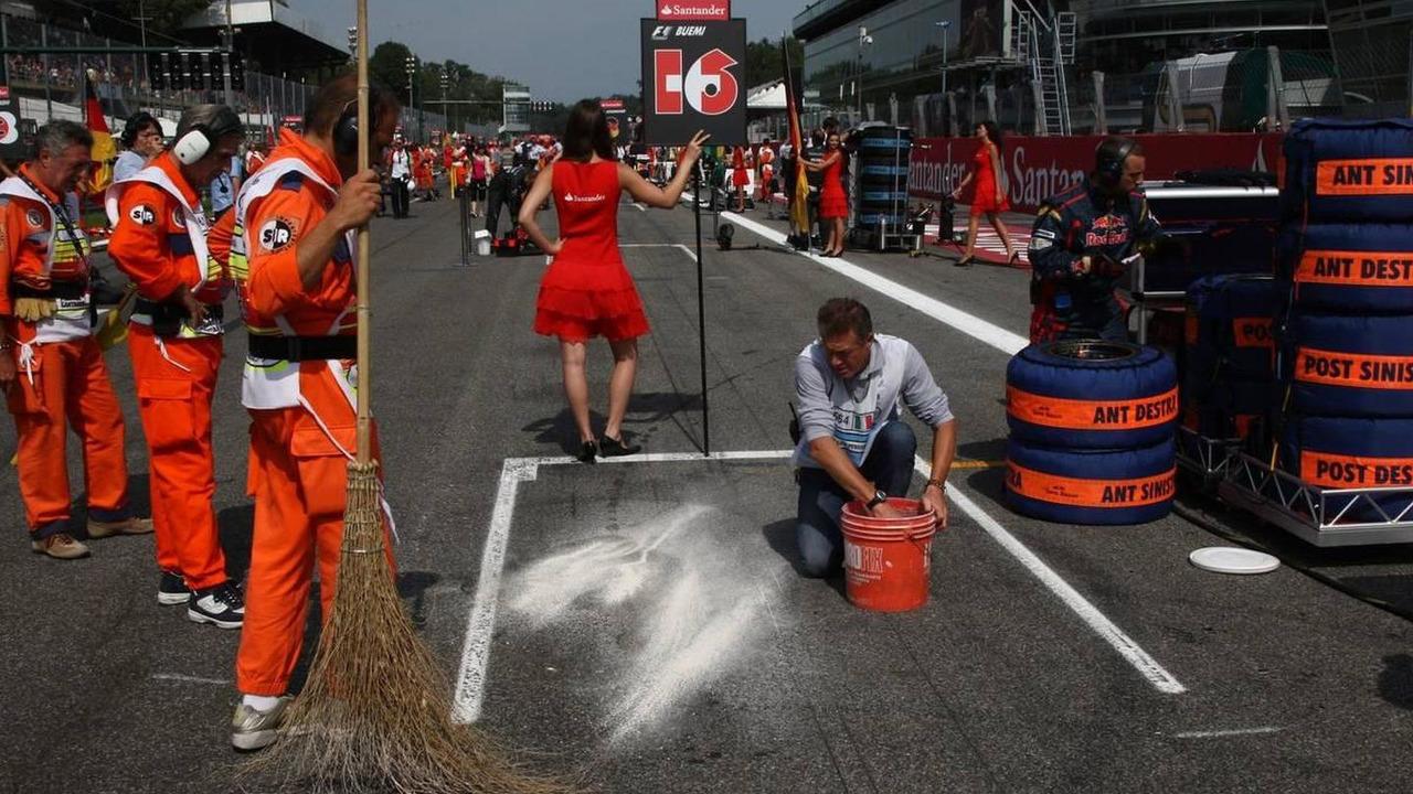 Jaime Alguersuari (ESP), Scuderia Toro Rosso grid position has some oil cleaned up - Formula 1 World Championship, Rd 14, Italian Grand Prix, 12.09.2010 Monza, Italy