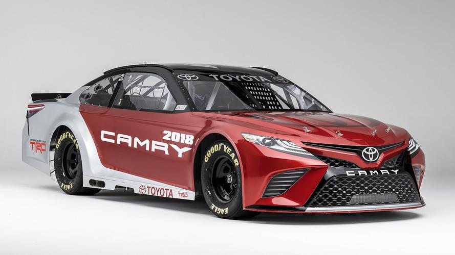 2018 Toyota Camry, tasarımını NASCAR aracıyla paylaştı