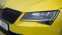 Dragon Skin rengindeki Skoda Superb Sportline