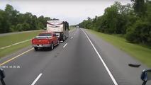 Patlayan teker karavana takla attırıyor