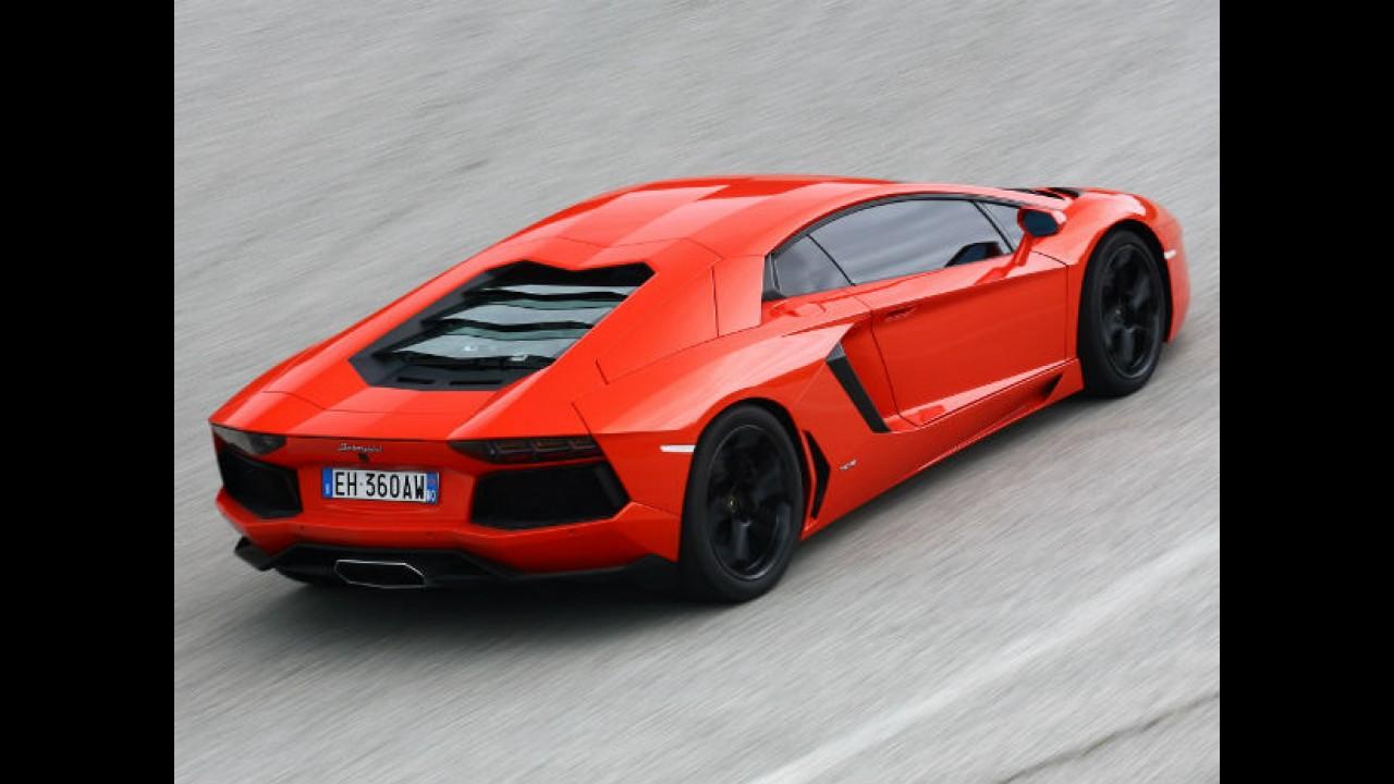 Lamborghini Aventador vai fazer ultrapassagem e... lá vem um ônibus!