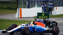 Rio Haryanto, Manor Racing MRT05 and Marcus Ericsson, Sauber C35 battle for position