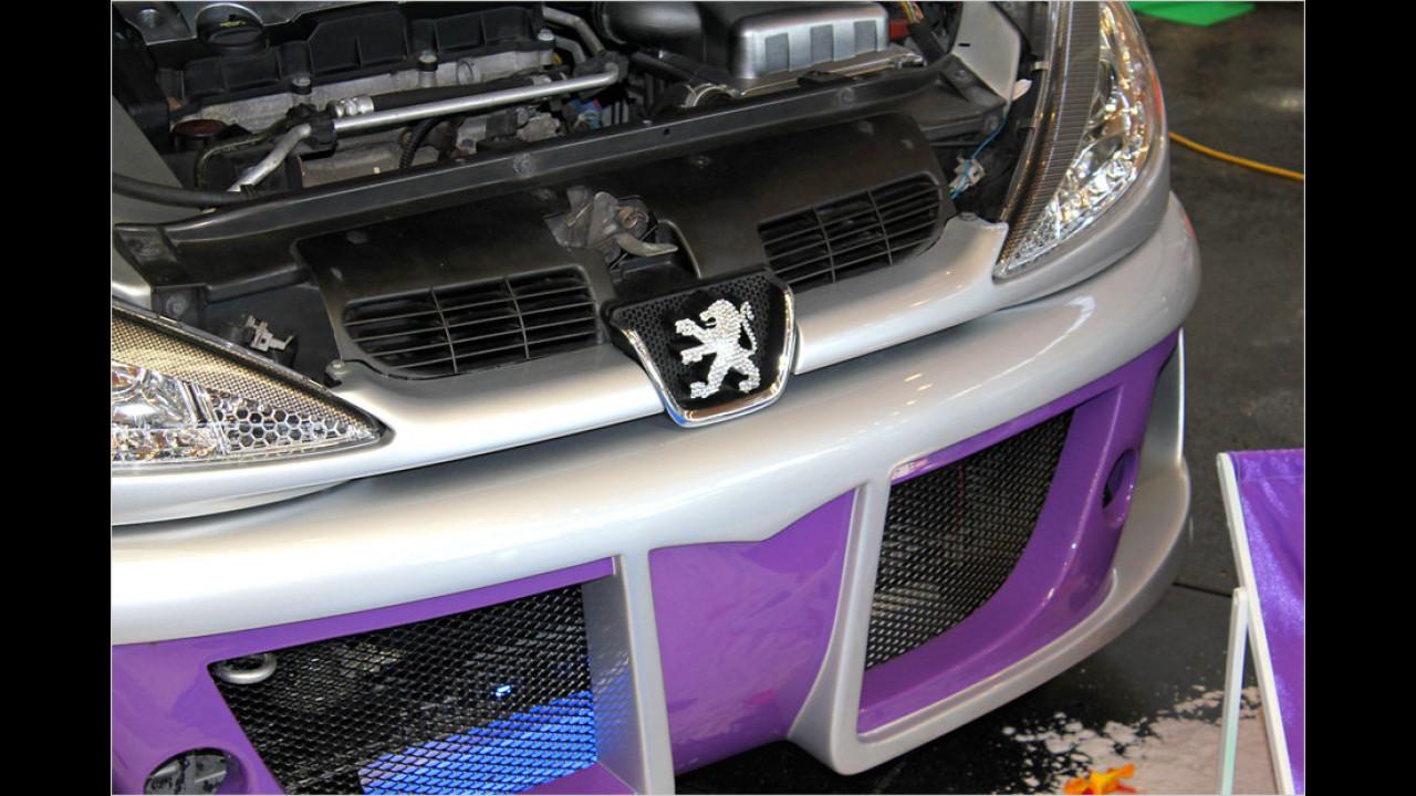 Glitzer-Löwe: Das Marken-Logo ist aus vielen Funkelsteinen zusammensetzt