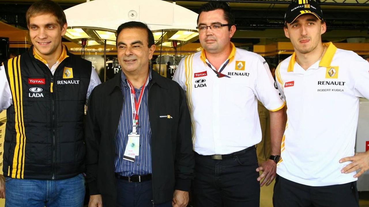 Vitaly Petrov (RUS), Carlos Ghosn (FRA) Renault President, Eric Boullier, Team Principal, Robert Kubica (POL), Renault F1 Team - Formula 1 World Championship, Rd 18, Brazilian Grand Prix, 07.11.2010 Sao Paulo, Brazil