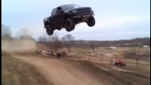 20 metre havalanan Ford Raptor sert bir iniş yaptı