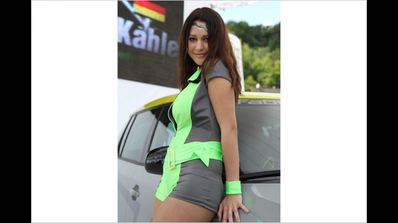 Mit einem süßen Lächeln krallt sich Leonie fest an den Fabia RS+