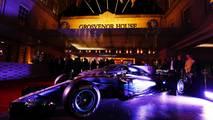Mercedes ve Aston Martin en la entrada