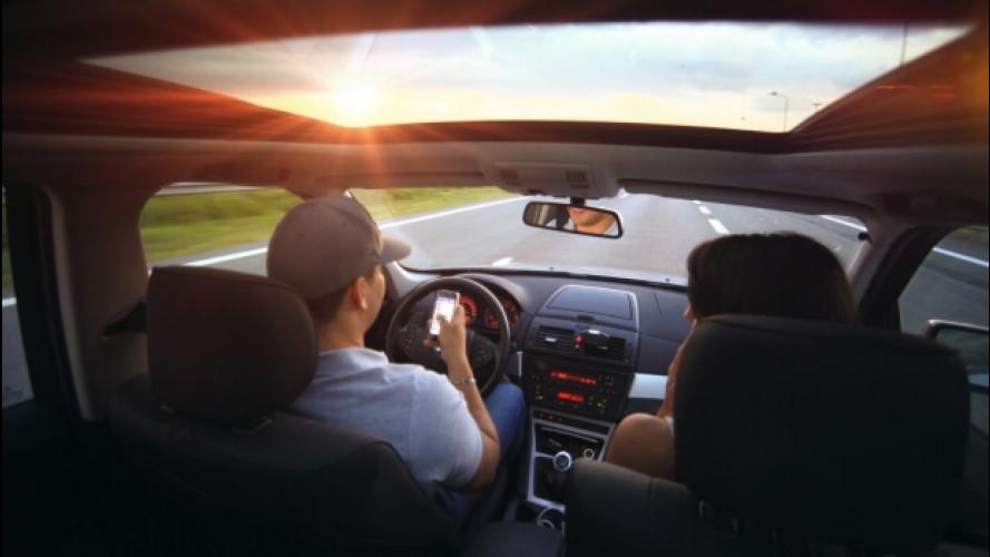 Smartphone in auto, 6 giovani su 10 rischiano l'incidente grave