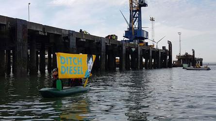 Greenpeace aktivistleri VW'nin İngiltere'ye dizel araç getirmemesi için gemi bastı