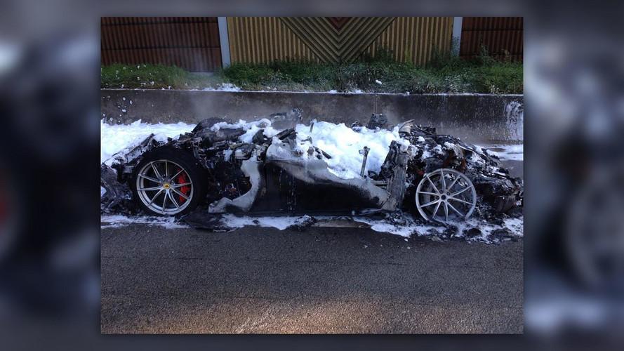 L'un des 799 exemplaires de la Ferrari F12tdf part en fumée