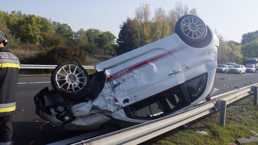 Három autó ütközött az M7-esen – egy Abarth is fennakadt a szalagkorláton