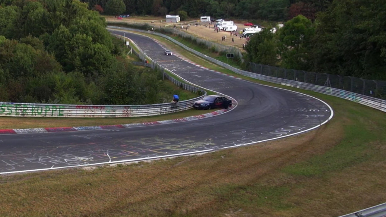 Nürburgring'de yapılan kazalar, spinler ve bir sürü felaketin neredeyse 20 dakikalık videosu