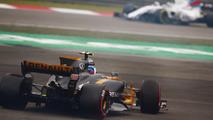 Jolyon Palmer, Renault Sport F1 Team RS17, gira por delante de  Felipe Massa, Williams FW40