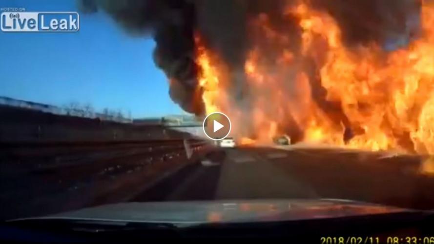 Paurosa esplosione su un'autostrada cinese
