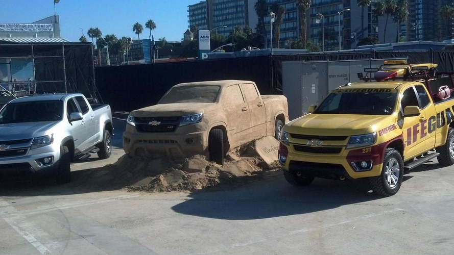 2015 Chevrolet Colorado sculpted out of sand [video]