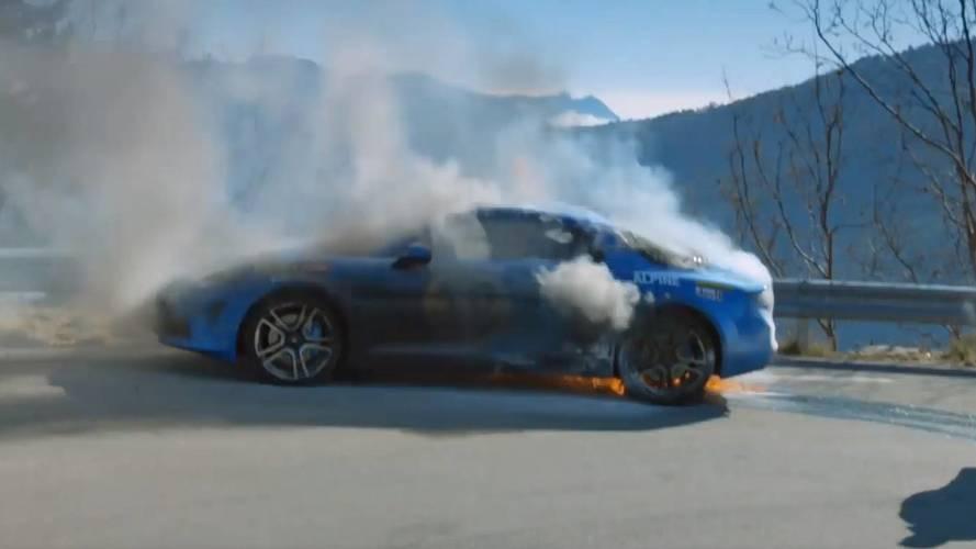 Közzétette a BBC az égő Alpine A110-ről készült felvételeket