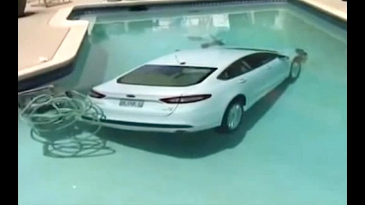 Vídeo: motorista perde o controle e afunda Fusion na piscina da própria casa