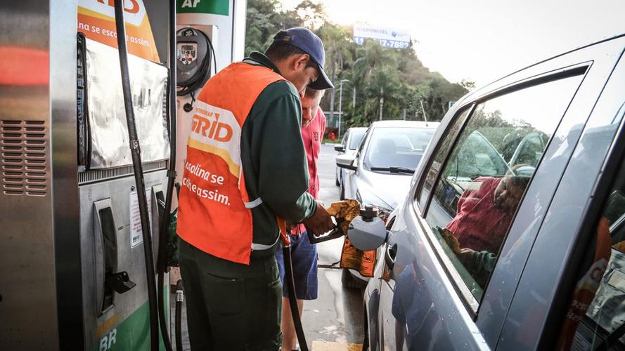 Preço médio de combustíveis cai em abril