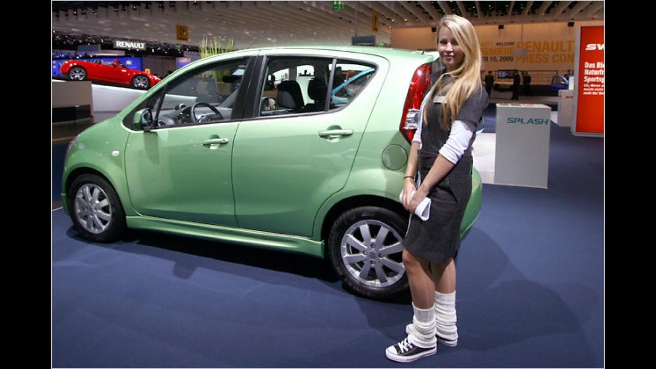 Susi wartet am Suzuki auf Interessenten
