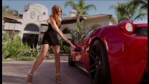Vídeo: modelo traída destrói Ferrari do namorado com marreta