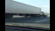 Impressionante! Carreta arrasta carro por quase 1 km na Marginal Tietê - vídeo