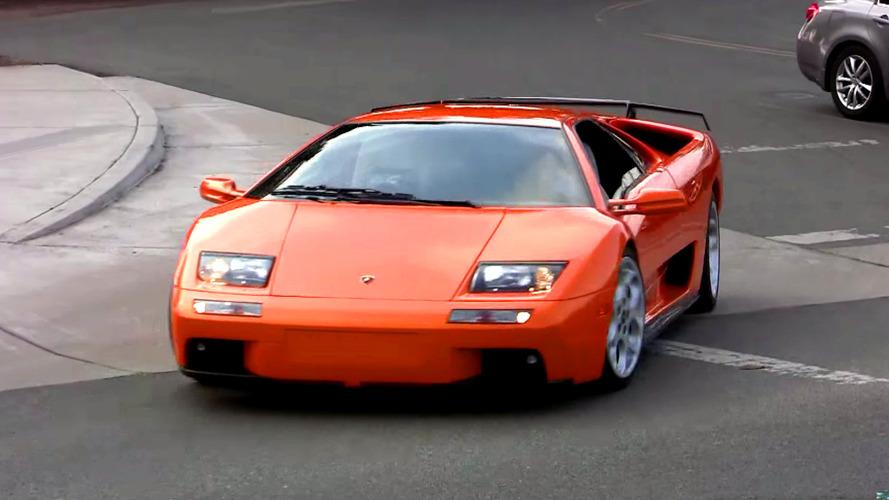 Ard arda hızlanan süper otomobiller ilginç görüntüler oluşturuyor