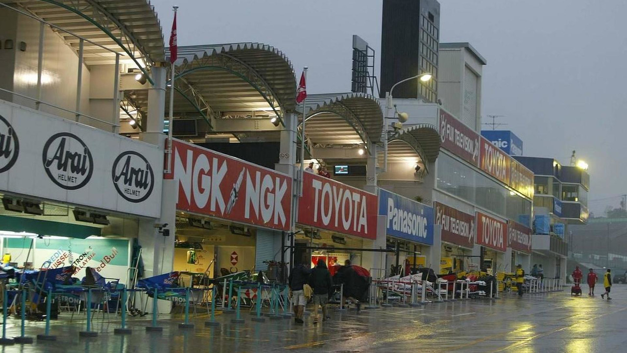 The pit lane in the rain - Formula 1 World Championship, Rd 17, Japanese Grand Prix, 08.10.2004 Suzuka, Japan