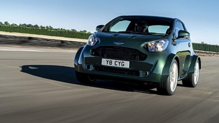 Disfruta del adorable Aston Martin Cygnet V8 rugiendo en Goodwood