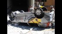 Carro cai do 3º andar de prédio e fica preso em fios de alta tensão